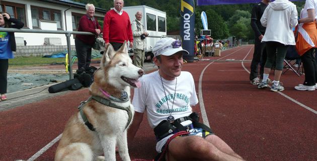 Mit Husky-Hündin Sarja, kurz nach Zieleinlauf beim Ulmer 100km-Nachtlauf